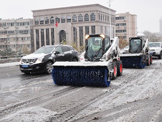 山猫附件应用 道路除雪 > 扫雪车                 • 斜角清扫器图片