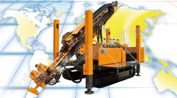 功能简介: 该机型属于全液压回转器式锚固工程钻机,主要适用于城市中基坑支护和控制建筑物位移、地质灾害治理等工程施工。钻机结构采用整体式,配有履带行走底盘和夹持卸扣器。履带底盘移动迅速,孔位对中方便;夹持卸扣器可以自动拆卸钻杆和套管,降低了工人的劳动强度,提高施工效率。 整机介绍:
