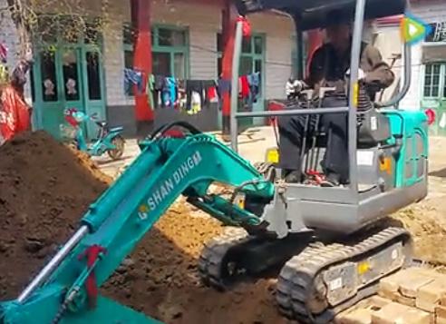旱厕改造用SD18小型挖掘机施工视频