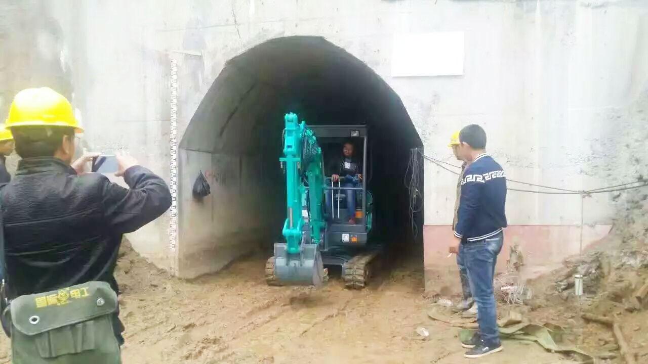 山鼎SD15B小挖机桥洞施工