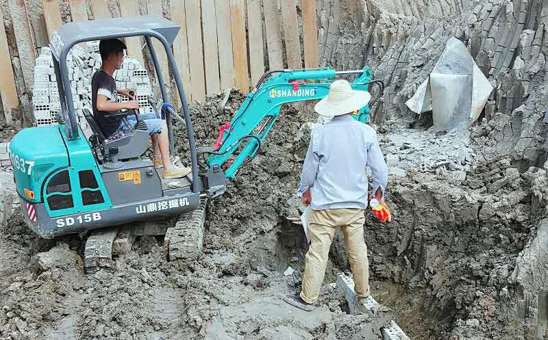 山鼎SD15B小型挖掘机矿山施工