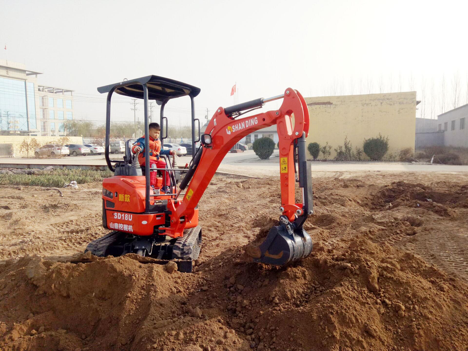 几岁小孩童上手操作使用SD18U小挖机