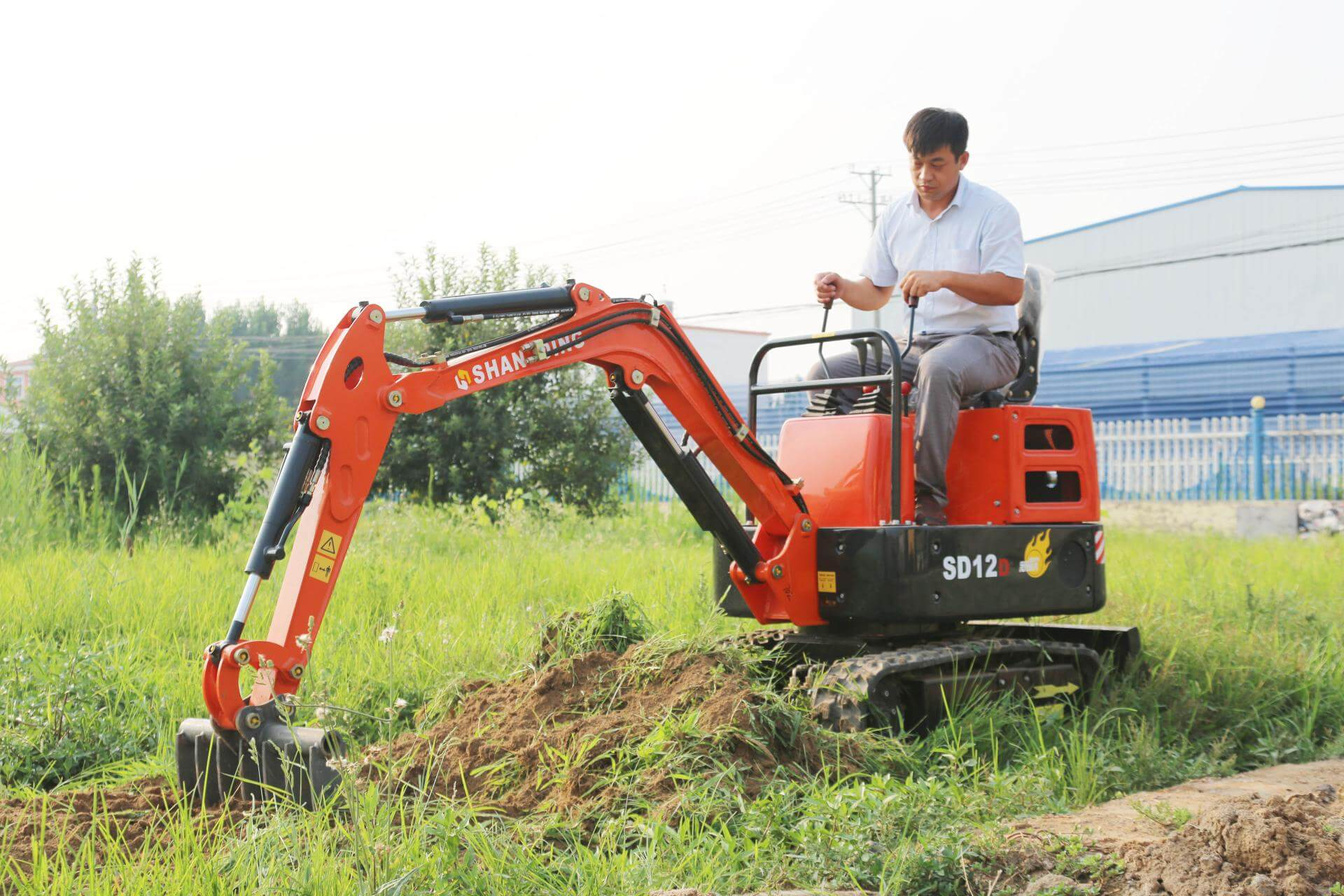 1吨小挖掘机耙草施工