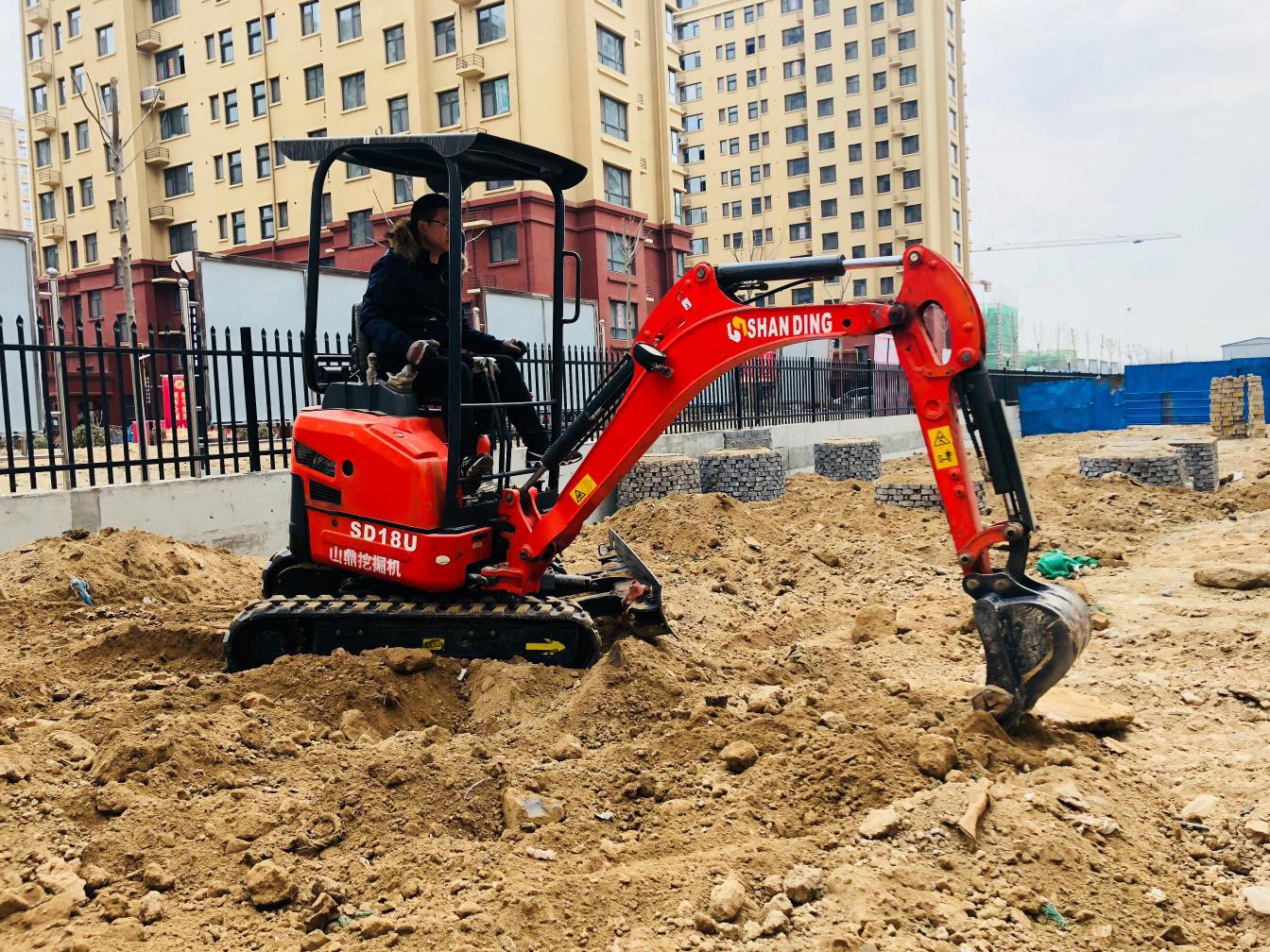 1.8吨无尾小挖掘机小区整平地面施工