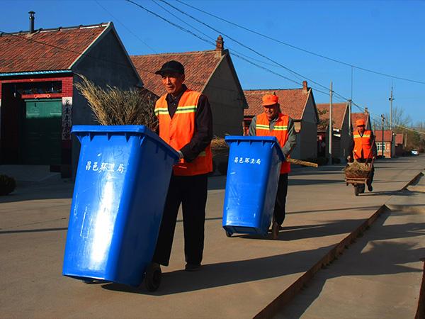 城乡环卫一体化在镇街区、农村配备机构、人员和设施,实行全日制保洁,城乡垃圾实现日产日清