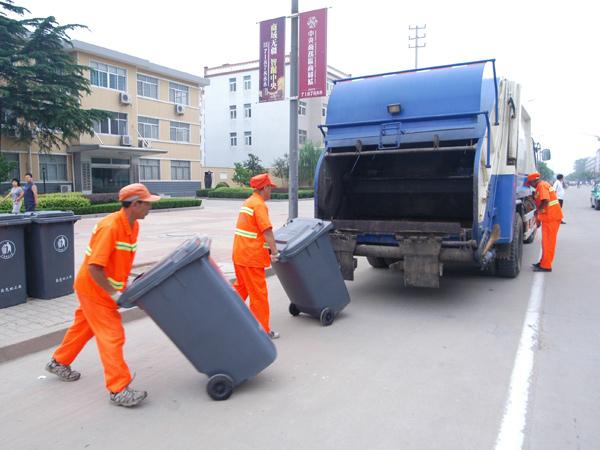 大型压缩车统一收集垃圾
