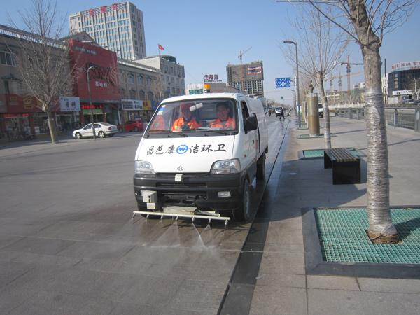 """发挥多功能保洁车的作用,给城区道路""""洗脸""""去污"""